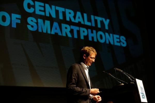 Nic Newman explica el informe de Reuters Institute en Barcelona.