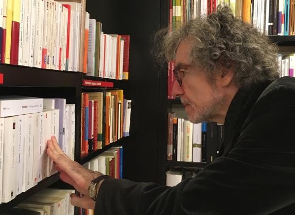Alfonso Levy, en la librería La Central, de Barcelona