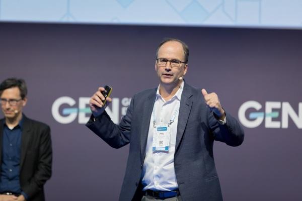 Emilio García-Ruiz, junto con Greg Barber, director de Digital News Projects de The Washington Post, durante la conferencia que ofrecieron en GEN Summit, en Lisboa. FOTO: GEN SUMMIT.