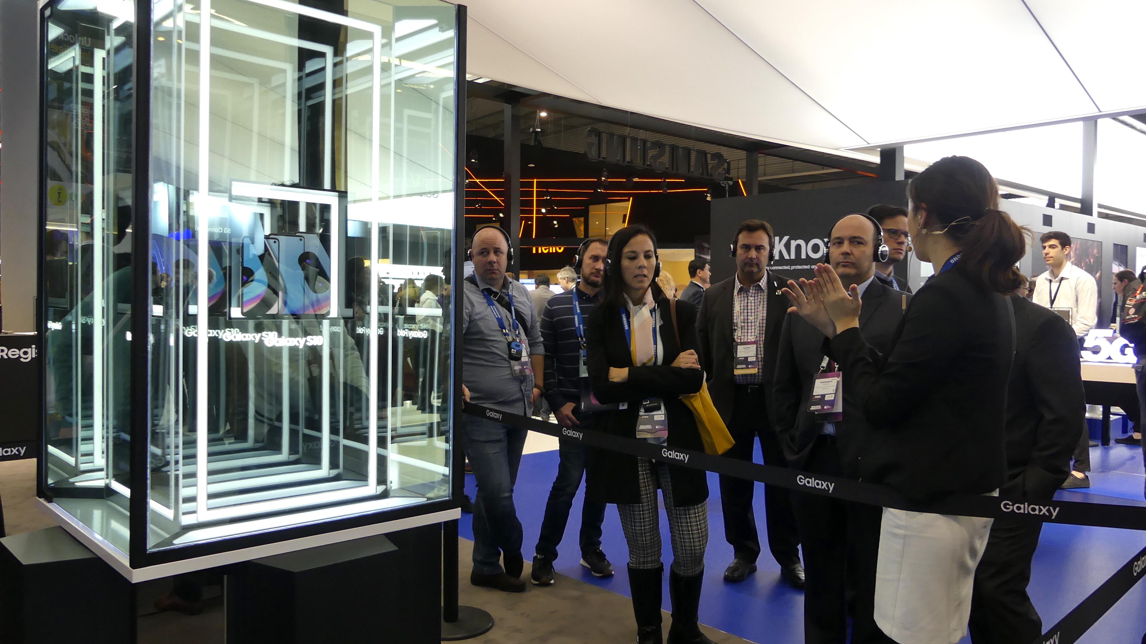 Una trabajadora de Samsung explica a los asistentes las características del Samsung Galaxy Fold, un móvil plegable.