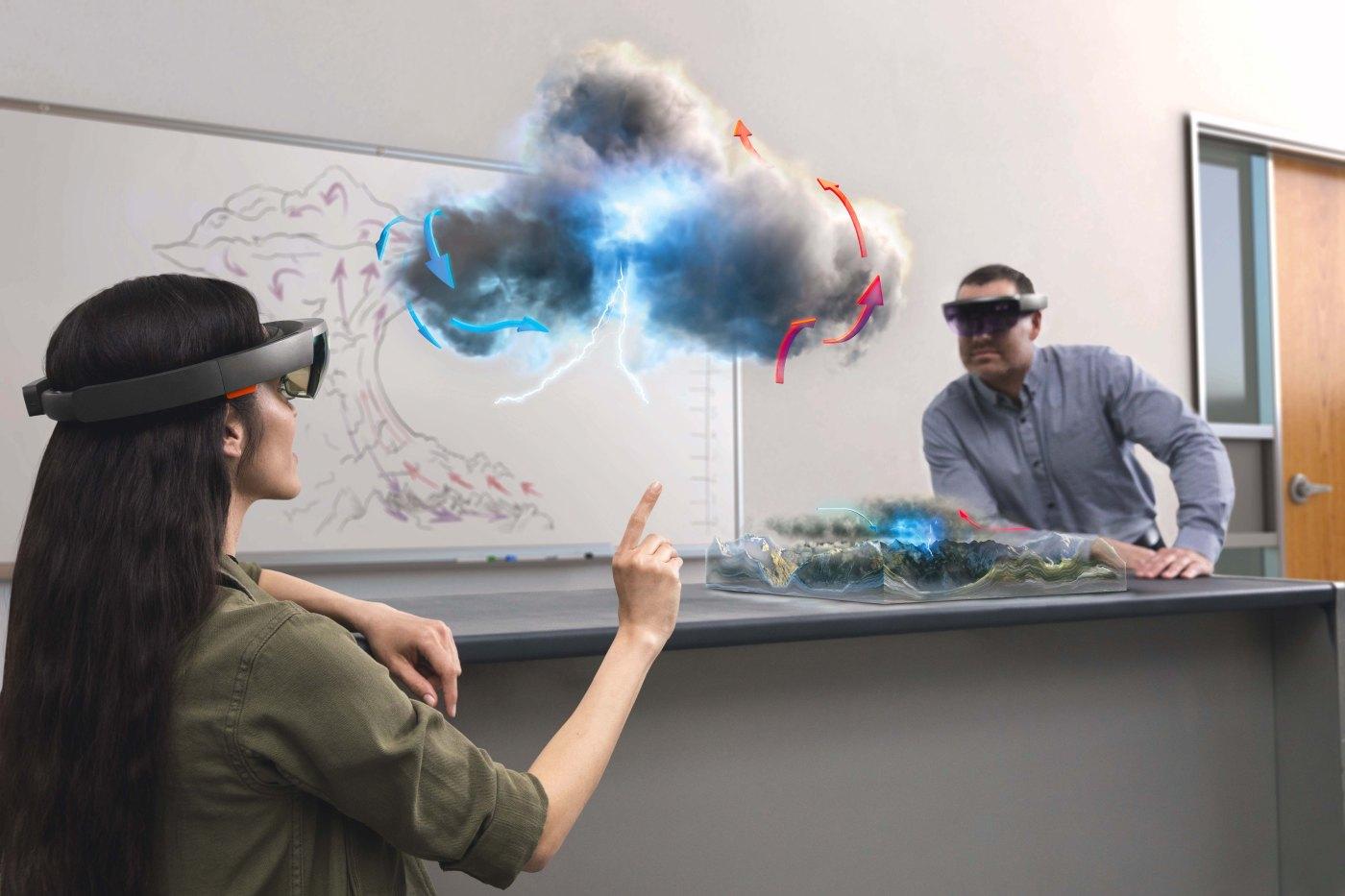 Dos personas observan virtualmente cómo se forma una tormenta eléctrica gracias a las gafas HoloLens de Microsoft. FOTO: HOLOLENS MICROSOFT.