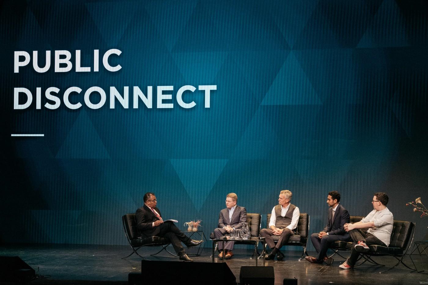 Krishnan Guru-Murthy, de Channel 4 News, modera una sesión de NewsXchange con Sam Feist, de la CNN; Ulrik Haagerup, de Constructive Institute; Waleed Aly, de Ten Network; y James Ball, periodista. FOTO: STEFANO SANTUCCI PARA NEWSXCHANGE.