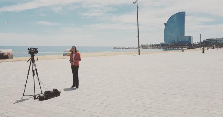A punto de hacer un directo en la Barceloneta, completamente desierta. FOTO: DAVID MATAMOROS.