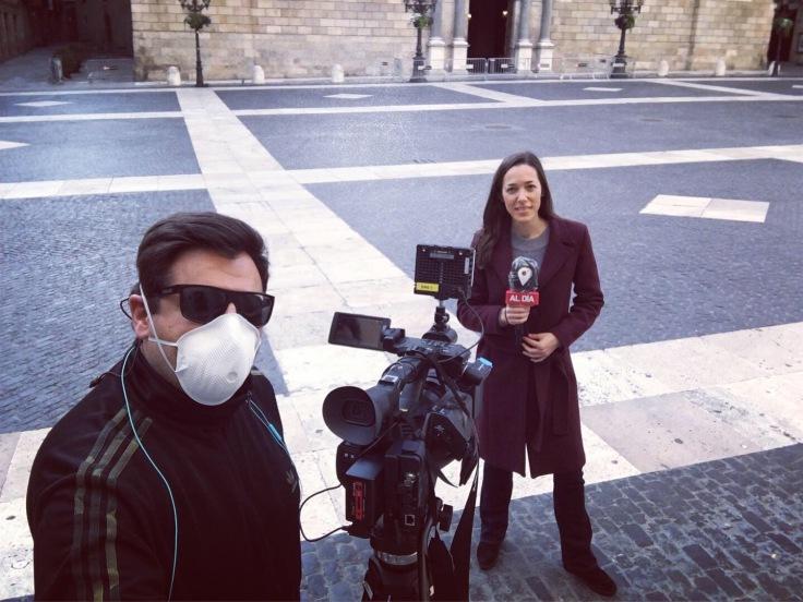 Preparados para el directo, en una solitaria Plaza Sant Jaume de Barcelona. En este caso, el directo no requiere mascarilla. FOTO: DAVID MATAMOROS.